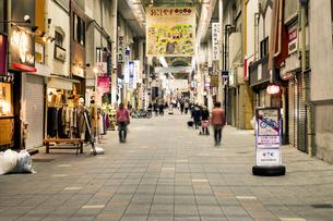 京都伏見大手筋商店街の写真素材 [FYI01239651]