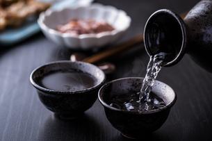 日本酒とおつまみの写真素材 [FYI01239725]