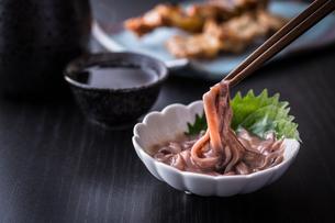 イカの塩辛と日本酒の写真素材 [FYI01239731]