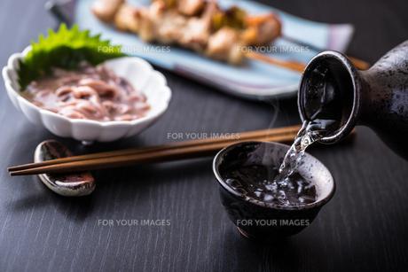 日本酒とおつまみの写真素材 [FYI01239734]