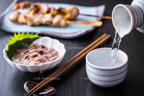 日本酒とおつまみの写真素材 [FYI01239736]