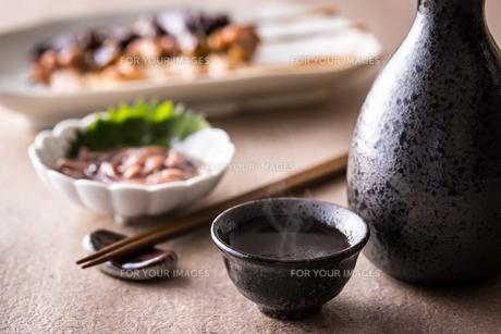 日本酒とおつまみの写真素材 [FYI01239739]