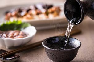 日本酒とおつまみの写真素材 [FYI01239741]