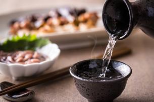 日本酒とおつまみの写真素材 [FYI01239742]