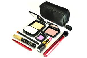 化粧品のセットと化粧ポーチの写真素材 [FYI01239747]