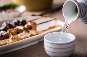 日本酒とおつまみの写真素材 [FYI01239748]