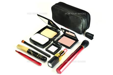 化粧品のセットと化粧ポーチの写真素材 [FYI01239749]