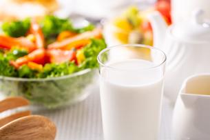 朝食〜牛乳の写真素材 [FYI01239779]