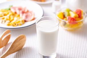 朝食〜牛乳の写真素材 [FYI01239783]