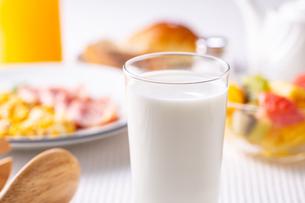 朝食〜牛乳の写真素材 [FYI01239785]