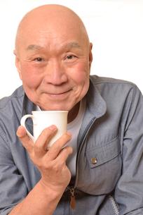 笑顔でコーヒーを飲むシニアの写真素材 [FYI01239843]