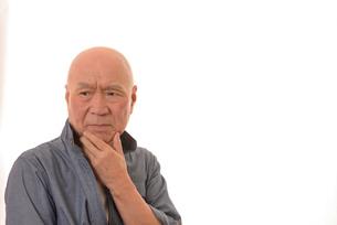 シニアの悩んだ顔の写真素材 [FYI01239893]