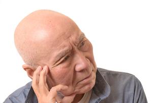 シニアの悩んだ顔の写真素材 [FYI01239898]