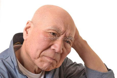 シニアの悩んだ顔の写真素材 [FYI01239901]