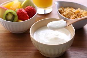 朝食〜ヨーグルトの写真素材 [FYI01239983]