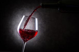 赤ワインを注ぐの写真素材 [FYI01240013]