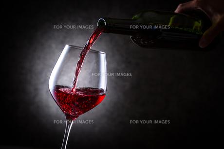 赤ワインを注ぐの写真素材 [FYI01240014]