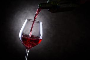 赤ワインを注ぐの写真素材 [FYI01240016]