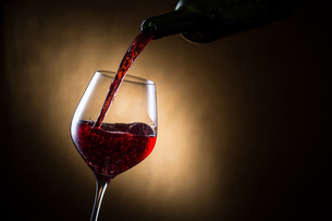 赤ワインを注ぐの写真素材 [FYI01240017]