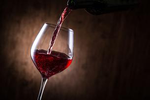 赤ワインを注ぐの写真素材 [FYI01240019]