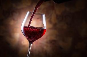 赤ワインを注ぐの写真素材 [FYI01240021]
