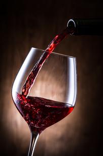 赤ワインを注ぐの写真素材 [FYI01240024]