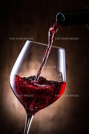 赤ワインを注ぐの写真素材 [FYI01240026]