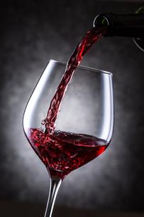 赤ワインを注ぐの写真素材 [FYI01240027]