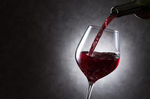 赤ワインを注ぐの写真素材 [FYI01240028]