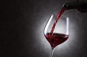 赤ワインを注ぐの写真素材 [FYI01240029]