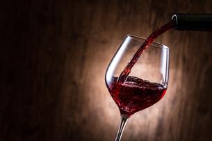 赤ワインを注ぐの写真素材 [FYI01240030]