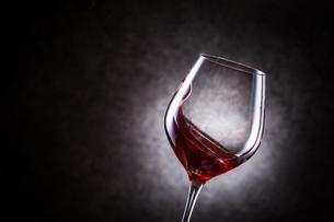 赤ワインを注ぐの写真素材 [FYI01240031]