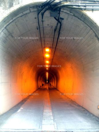 オレンジ色のライトのついたトンネルの写真素材 [FYI01240046]