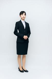 全身立ち姿。スーツの女性。就職活動。の写真素材 [FYI01240079]