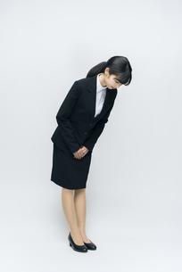 全身立ち姿。スーツの女性。おじぎ。の写真素材 [FYI01240080]