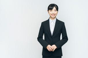 立ち姿。スーツの女性。笑顔。の写真素材 [FYI01240081]