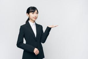 立ち姿。スーツの女性。笑顔。の写真素材 [FYI01240084]