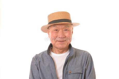 笑顔のシニアと麦わら帽子の写真素材 [FYI01240105]