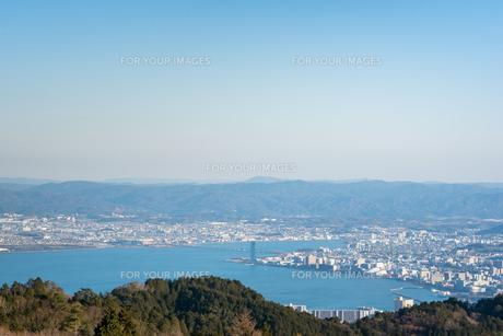 琵琶湖 冬 晴れの写真素材 [FYI01240401]
