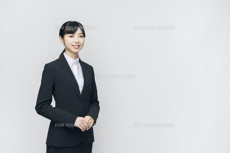 立ち姿。スーツの女性。笑顔。の写真素材 [FYI01240403]