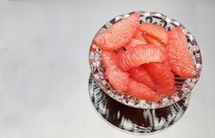 皮をむいたグレープフルーツの写真素材 [FYI01240575]