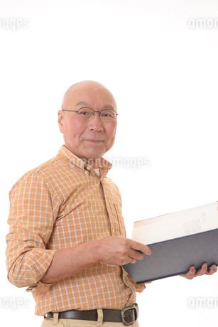 本を読む笑顔の日本人シニアの写真素材 [FYI01240590]
