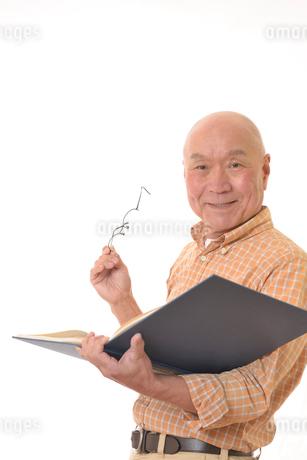 本を読む笑顔の日本人シニアの写真素材 [FYI01240592]