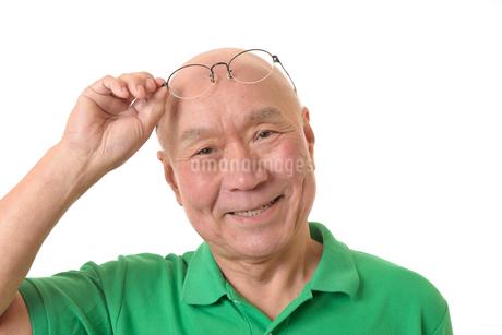 眼鏡と笑顔の日本人シニアの写真素材 [FYI01240612]