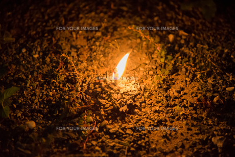 砂利の中心で燃える炎の写真素材 [FYI01240624]