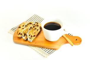 サービングボードの上のコーヒーとシュトレーンの写真素材 [FYI01240833]