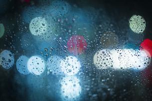 雨粒と夜景の写真素材 [FYI01241301]
