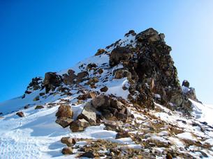 積雪の岩山の写真素材 [FYI01241331]