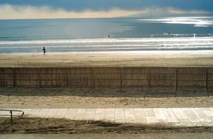 犬と少年が砂浜を駈けているの写真素材 [FYI01241414]