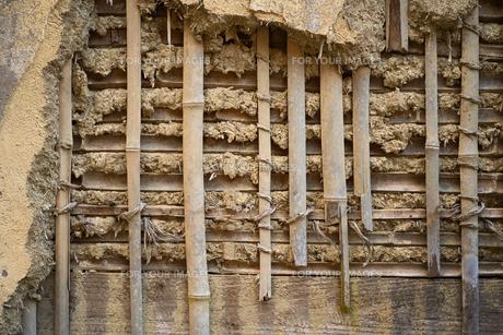 壁が剥がれて内側の構造がむき出しになっているの写真素材 [FYI01241416]